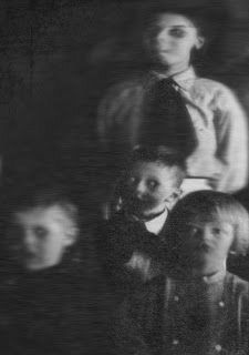 Creepy Old Photos, Creepy Images, Creepy Pictures, Spooky Scary, Creepy Art, Scary Kids, Creepy Woods, Paranormal Pictures, Emo