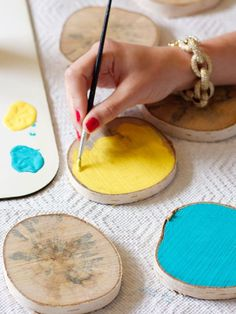 Painting wood slices to use as coasters Diy Crafts Videos, Diy Crafts To Sell, Diy Crafts For Kids, Wedding Coasters, Diy Coasters, Wood Projects For Beginners, Diy Wood Projects, Wood Slice Crafts, Wood Crafts