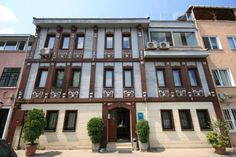 Mangana Konak Hotel Istanbul In the heart of historic Sultanahmet, this traditional Ottoman-style guest house offers spacious suites with free wireless internet access and stunning views of the Bosphorus and Blue Mosque.