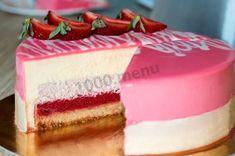 Муссовый торт с зеркальной глазурью и клубникой