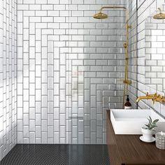 Plattsättningen kan förstärka rummet på olika sätt. Det går även bra att kombinera olika riktningar.