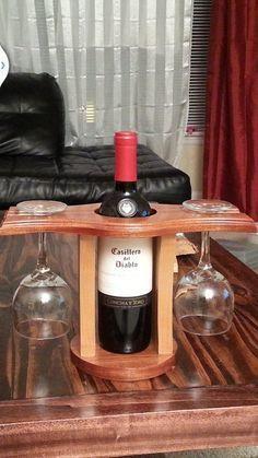 Um dos mais simples, porém belo, suportes de taças e garrafa de vinho que eu já vi.