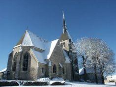 Les parties supérieures de la nef et le clocher sont du 16°s, et ont probablement été constuits par Marie d'Albret, veuve de Charles de Clèves, comtesse douairière de Nevers, dont les armes sont aux clefs de voûte de cette partie de la nef.