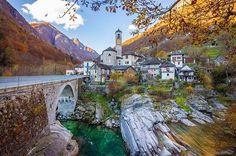 #TVVSuíça Um lugar que não canso de rever as fotos.  Lavertezzo é uma cidade no sul da Suíça e próxima à fronteira com a Itália. Tem esse jeitinho italiano e um pessoal muito caloroso.  É uma daquelas cidades que não tem muito o que se ver mais seu pequeno centro cortado por um rio de cor azul e super cristalino esconde em cada cantinho um charme fora do comum. by (tudoviraviagem). tvvsuíça #eventprofs #eventplanning #viewfromthetop #views #popular #trending #events #eventprofs…