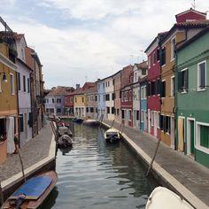 Ao lado de Veneza existe uma das cidades mais coloridas do mundo: a Ilha de Burano! Confira atrações turísticas, história, imagens e como chegar.