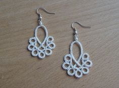Materials: Perlè no 8; 2 shuttles; crochet hook; scissors; 2 beads; 2 hooks for earrings. Occorrente: Perlè nr. 8; 2 navette;...