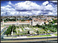 Lisboa (Portugal). Monasterio de los Jerónimos de Santa María de Belém desde el monumento a los Descubridores.