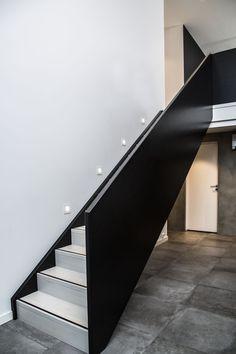 MELBY Odin //  Odin gjør seg også som rett trapp med skarpe linjer! Her er den sortmalt med hvitpigmenterte trinn. House Entrance, New Homes, Stairs, Windows, Traditional, Home Decor, Stairway, Decoration Home, Room Decor
