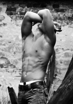can't see his face but the six pack is enough ;-)