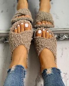 Solid Fluffy Crisscross Design Flat Sandals - s h o e s - Schuhe Damen Trend Fashion, Estilo Fashion, Look Fashion, Ideias Fashion, Fashion Shoes, Autumn Fashion, Womens Fashion, Fashion Belts, Fashion Outlet
