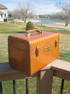 1950s Samsonite Streamlite train case -with mirror -and KEY -CHESTNUT BROWN -make-up case - cosmetic case - retro luggage - carry on luggage