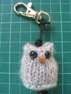 Für Andrea C. und alle anderen, die diesen Schlüsselanhänger nacharbeiten wollen:  Die Eule wird mit einem Nadelspiel gestrickt. Es ...