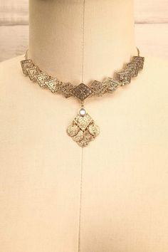 Dans les ruines du temple, elle trouva un fragment de chaîne dorée. She found a piece of golden chain in the ruins of the temple. Mousio - Golden medallions choker necklace www.1861.ca
