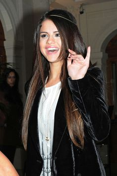 Selena Gomez  - Selena Gomez Waves to Fans in Paris