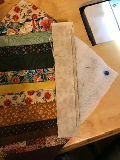 Adding strips to the potholder. Get a FREE tutorial and printable for strip pieced bias binding to finish this potholder and quilts too! Jelly Roll Quilt Patterns, Potholder Patterns, Patchwork Patterns, Quilting Tutorials, Quilting Projects, Sewing Projects, Strip Quilts, Quilt Blocks, Quilted Potholders