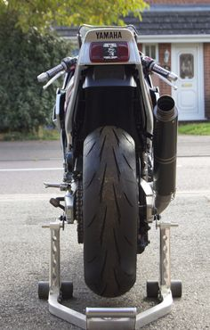 FZ750 backend with 180 tyre fitted.