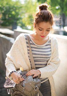 [Chuu]ざっくり編みボタンレスニットカーディガン 立体感のある、手編みのようなぬくもりを感じるニットカーディガン♪ ボタンレスのタイプなのでさらっと羽織ってこなれ感を演出してもGOODです。 しっかりと編まれたニット素材が作り出す落ち感がメリハリのある印象に☆ シンプルなアイボリーカラーなので、チェックなどの柄ものとのコーディネートもおすすめです。