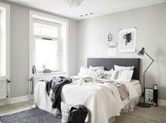 Sehr Helles Schlafzimmer Mit Vielen Textilien.