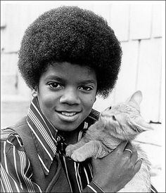Michael Jackson - this kid was one of the famous kids. he played in the family show that you would see on tv. this kid became famous int the Crazy Cat Lady, Crazy Cats, I Love Cats, Cool Cats, Celebrities With Cats, Celebs, Gatos Cat, Animal Gato, Photo Vintage
