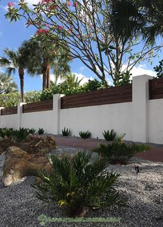 Wood stucco wall with hardwood top Stucco Exterior, Stucco Homes, Stucco Walls, Wall Exterior, Exterior Design, Concrete Fence Wall, Concrete Retaining Walls, House Fence Design, Modern Fence Design