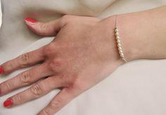 Bracelet Swarovski Perle fait main délicate avec perles de Swarovski de haute qualité, chaîne en argent sterling et fermoir déclencheur en argent sterling.  Le bracelet de perles argent est livré dans un sac cadeau dorganza. Parfait comme cadeau pour quelquun de spécial ou tout simplement pour soffrir.  Afin de spécifier la longueur de bracelet de perles juste pour vous, sil vous plaît mesurer votre poignet et ajouter environ 1/2 pouce (ou 1,3 cm).  Taille des perles de Swarovski: 4 mm