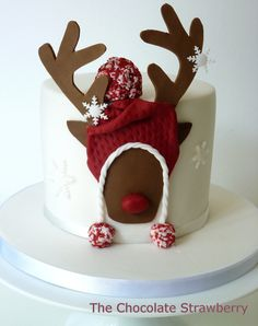 Cute Christmas cake by The Chocolate Strawberry Christmas Cake Designs, Christmas Cake Decorations, Christmas Cupcakes, Christmas Sweets, Holiday Cakes, Christmas Goodies, Christmas Baking, New Year's Cake, Gateaux Cake
