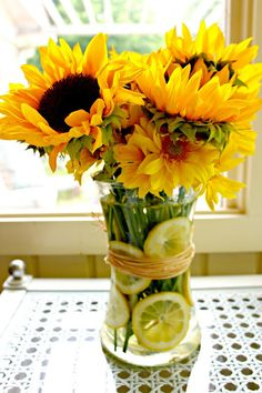 When life hands you lemons- cut them up and stick them in a vase with sunflowers! This cheerful sunflower arrangement is certain to make you smile! Decoration Plante, Decoration Table, Table Centerpieces, Centrepieces, Wedding Centerpieces, Summer Table Decorations, Summer Centerpieces, Sunflower Arrangements, Floral Arrangements
