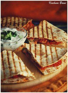 Quesadilla z kurczakiem i salsą Quesadilla, Healthy Party Snacks, Tortilla Rolls, Holiday Recipes, Lunch Box, Food And Drink, Tasty, Herbs, Bread