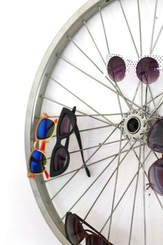 Recycle deco – DIY by recycling bicycle wheels In today's times, you can create endless things by recycling all kinds of objects, from tires, pallets or CDs. Bike Storage, Storage Hacks, Craft Storage, Sunglasses Storage, Sunglasses Holder, Sunglasses Sale, Sunnies, Electric Gates, Home Gadgets