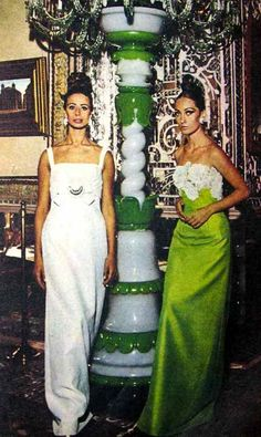 Dos mujeres en un evento en Teherán, Irán en la década de 1960.  Fashion Shoot at the Golestan Palace Museum in Tehran, 1960's, Iran - Iranica Pictura