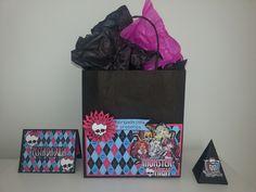 Invitation, Favor Bag and Candy Box that I made for my daughter's birthday, using the Monster High theme. ----------------- Convite, Sacola de Lembrancinhas e caixinha para doces, no tema da Monster High, que fiz para a minha filha.