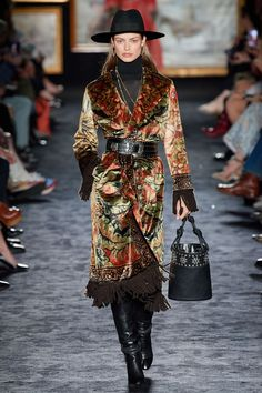 Etro Fall 2020 Ready-to-Wear Fashion Show - Vogue Fashion Week, Fashion 2020, Runway Fashion, High Fashion, Winter Fashion, Womens Fashion, Fashion Trends, Fashion Design, Black Skirt Suit