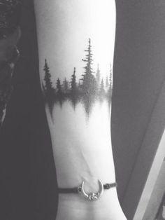 tatuajes de pinos en el brazo con reflejo