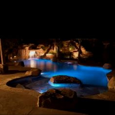 Cave-like swimming pool at night. Amazing Swimming Pools, Luxury Swimming Pools, Luxury Pools, Dream Pools, Cool Pools, Insane Pools, Epic Pools, Awesome Pools, Pool Picture