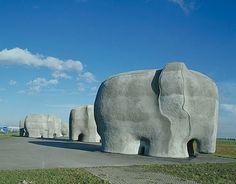 Olifanten langs de snelweg bij een beeldengroep van Tom Claassen, Almere