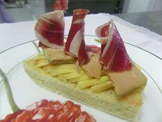Tosta de foie con manzana asada y jamón de Jabugo. Receta en español