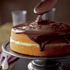 Boston Cream Pie Cake: Homemade Cake Recipes - Best Recipes for Cakes - Country Living Köstliche Desserts, Chocolate Desserts, Chocolate Glaze, Delicious Desserts, Dessert Recipes, Yummy Food, Craving Chocolate, Cake Chocolate, Chocolate Fondue