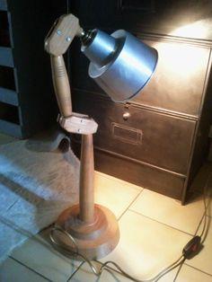 LaMPe à PoSeR..iNdUSTRieLLe..sur pied articulé en bois..façon mannequin articulé pour artiste peintre
