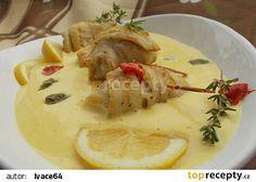 Rybí závitky s jemnou holandskou omáčkou s kapary recept - TopRecepty.cz Camembert Cheese, Sushi, Dairy, Chicken, Food, Essen, Meals, Yemek, Eten