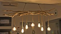 LUSTER in driftwood and vintage bulbs Driftwood Chandelier, Farmhouse Chandelier, Home Stairs Design, Home Room Design, Cabin Lighting, Rustic Lighting, Driftwood Furniture, Diy Furniture, Wood Home Decor