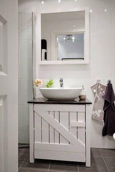 O #armário rústico de madeira cria um contraste legal no banheiro branco. Quebra a sobriedade, sem tirar o requinte! #decoração #ficaadica