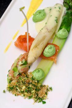 Mechelse asperges, gerookte zalm, Hollandse saus - Hap & Tap !