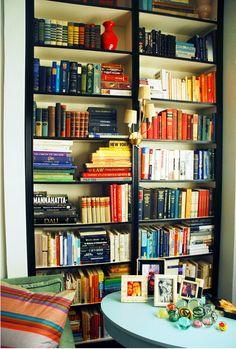 IKEA Bookshelves Look Like Built-Ins (http://blog.hgtv.com/design/2013/01/22/daily-delight-ikea-bookshelves-look-like-built-ins/?soc=pinterest)