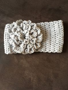 Click here to get the free pattern as well as step by step instructions through video tutorial for this crochet headband with flower