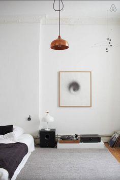 Minimalistische Einrichtungsidee fürs WG-Zimmer: grauer Teppich, Kunstdruck, Lampe in Bronze sowie Matratze auf dem Boden. #apartment #interior #minimalism