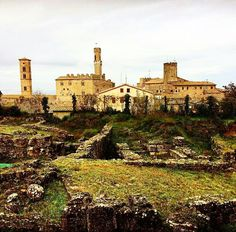 The ancient Volterra archeological site #love #art . We  Tuscany #volterra #tuscany #toscana #view #citysight #archeologicalsite #palazzodeipriori #town #italy #beautiful #italia #instapic #instacool #instagood #instamood #instadaily #picoftheday #volgotoscana #volgoitalia  Photo credit: @acadutalibera  Visit our website: www.chiantilife.wine