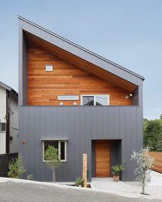 横浜で自然素材の家づくり株式会社中山建設さんはInstagramを利用しています:「ガルバリウムの外壁にレッドシダーのアクセントウォール カッコイイ♪ #新築一戸建て #新築 #ガルバリウム外壁 #ガルバリウム #レッドシダー外壁 #レッドシダー #男前 #外観 #自然素材の家 #心地よい風と緑のある家 #中山建設 #横浜市都筑区 #横浜市」 Modern Architecture House, Facade Architecture, House Roof, Facade House, Small House Design, Modern House Design, House Cladding, Loft Interiors, Prefab Homes