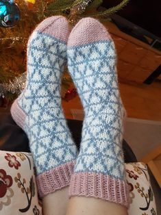 Crystal socks from the book wool socks of all time. Crystal socks from the book wool socks of all time. Crochet Socks, Knitting Socks, Hand Knitting, Knit Crochet, Crochet Blanket Patterns, Knitting Patterns, Knooking, Woolen Socks, Knit Stockings
