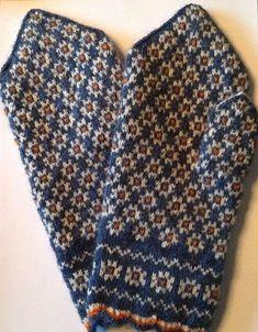 No pattern but I like the colours/flower pattern. Knitted Mittens Pattern, Knit Mittens, Knitted Gloves, Knitting Patterns, Motif Fair Isle, Norwegian Knitting, Yarn Inspiration, Fingerless Mitts, Fabric Yarn