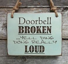Doorbell Broken, Front Porch Sign, Funny Sign, Funny Decor, Front Door Sign…made me laugh. Diy Signs, Funny Signs, Funny Garden Signs, Backyard Signs, Hilarious Sayings, Hilarious Animals, 9gag Funny, Funny Animal, Handmade Home Decor